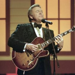 Roy Clark, Country Music Legend and 'Hee Haw' Star, Dead at 85